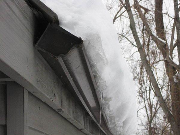 canalón roto por el peso de la nieve