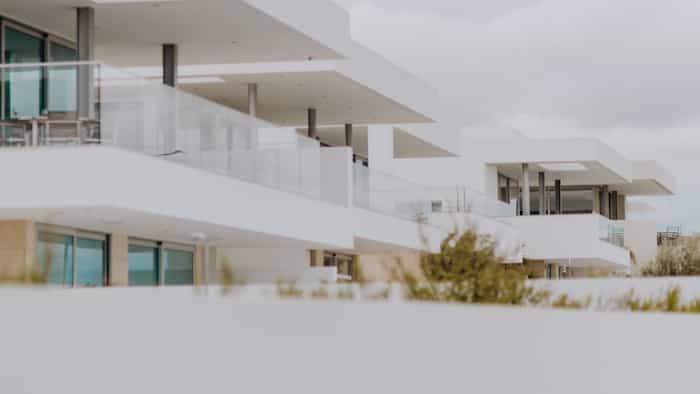 Canales pluviales montados en fachadas rectas