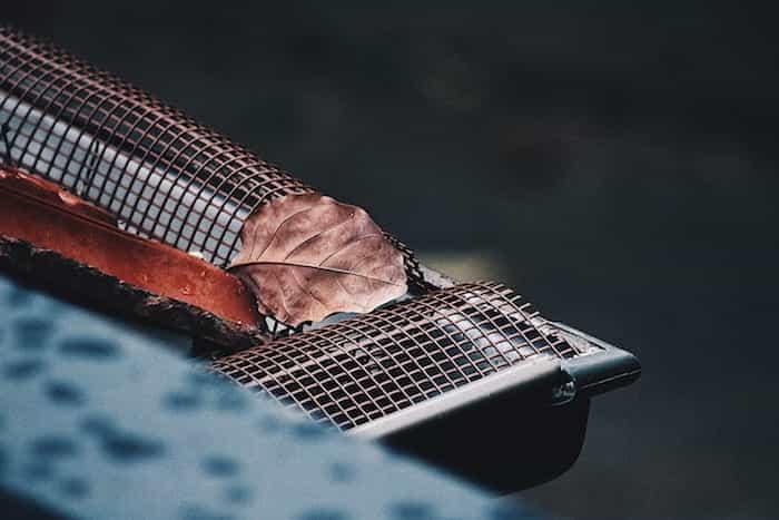 Salvahojas de una canaleta de recogida de agua de lluvia