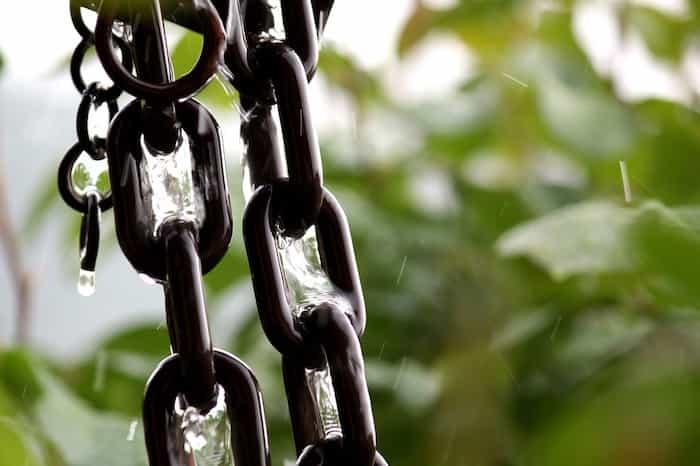 Colocación de cadenas de lluvia para decorar un sistema de canalones