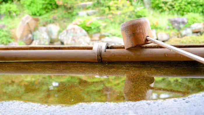 Canaleta para la recogida de lluvia hecha con bambú
