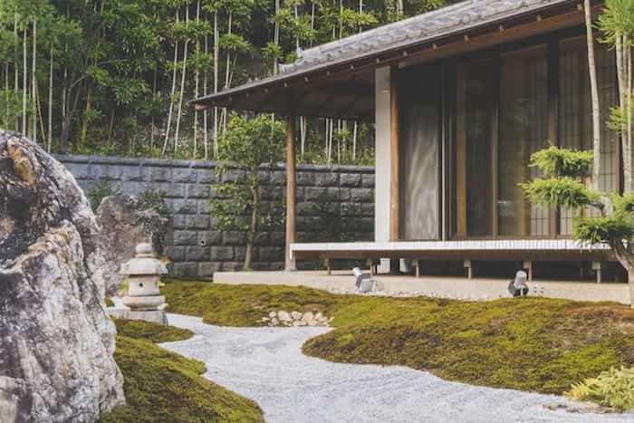 Instalación de canales pluviales de bambú