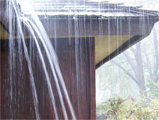 Construccion sin canales pluviales con problemas de evaciación de aguas.