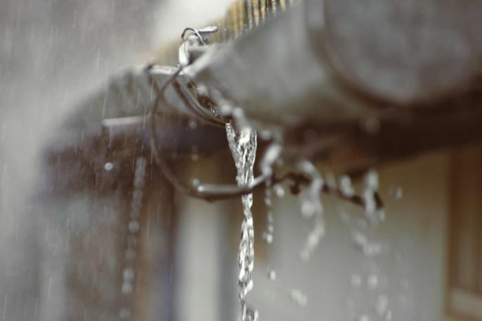 Canalón roto que filtra el agua al interior de la vivienda
