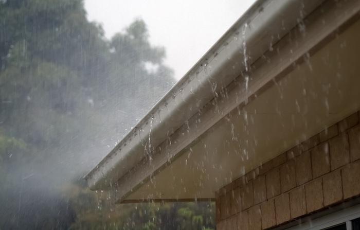 Canaleta pluvial con atasco