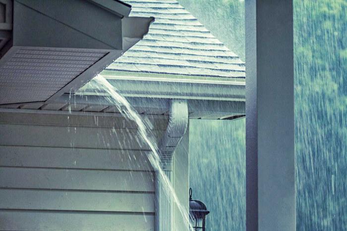 Casa en una zona con muchas precipitaciones con el número de canalones y bajantes adecuado para una evacuación eficaz
