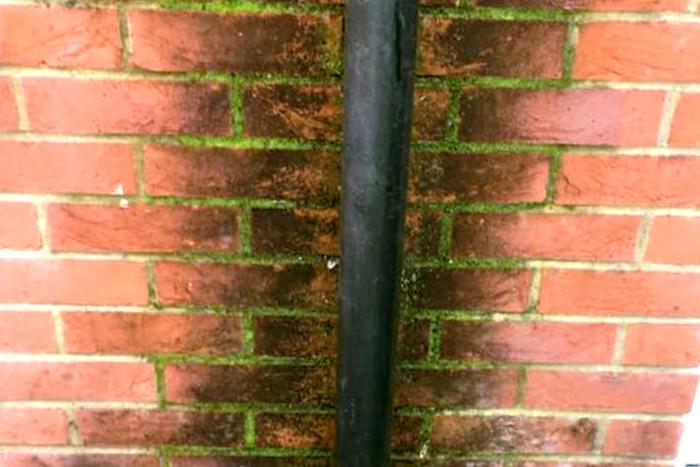Un atasco en la bajante pluvial produce filtraciones